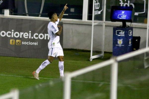 Marinho marca contra o Atlético-MG