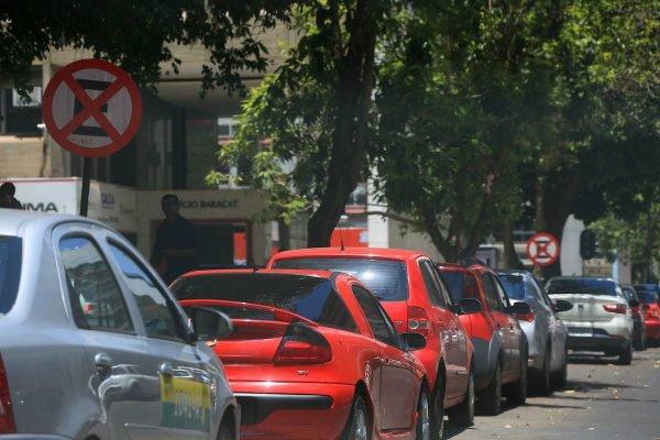 Rua com carros