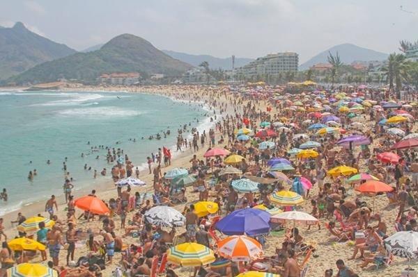 Praias do Rio de Janeiros Lotadas na altura do Arpoador, Zona Sul do Rio de Janeiro