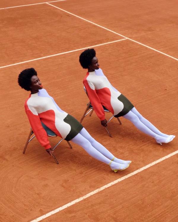 Modelos com tricô colorido da Ginger em quadra de tênis