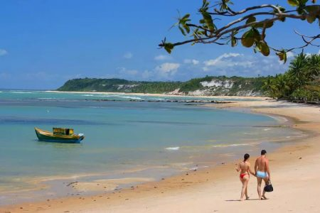 Casal passeia na praia em Arraial d'Ajuda, Bahia