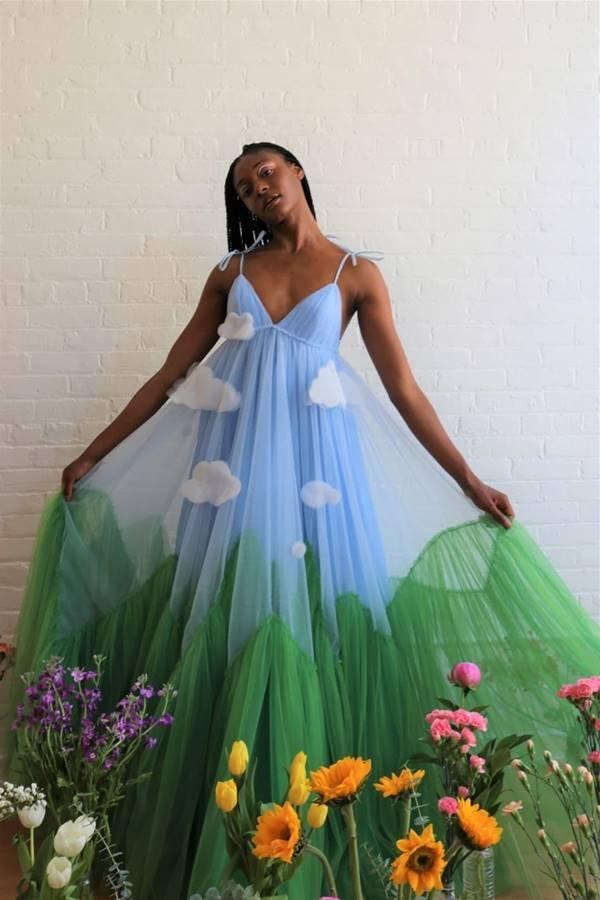 Lirika Matoshi - vestido com detalhes de paisagem