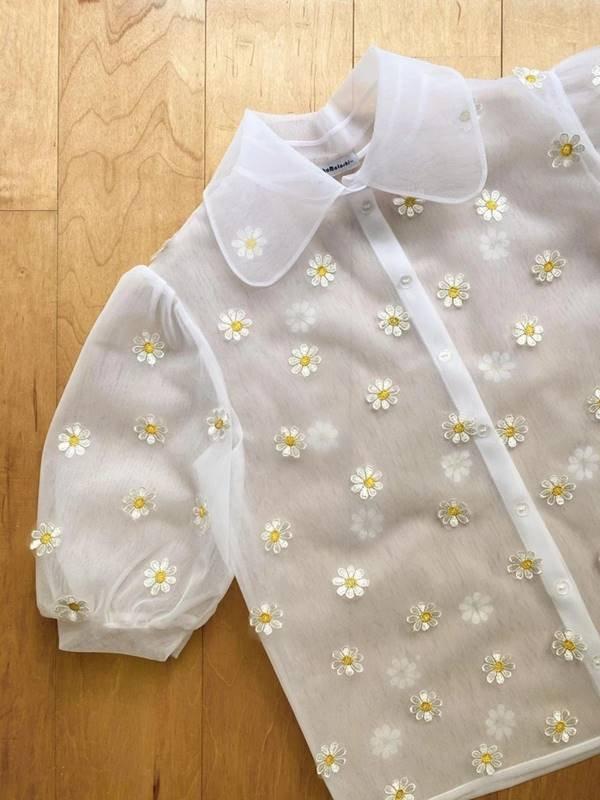 Lirika Matoshi - camisa com detalhes de margaridas