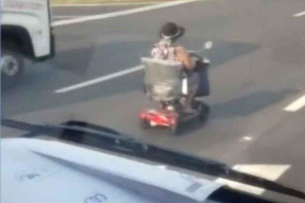 Mulher dirige carrinho elétrico em rodovia movimentada de SP