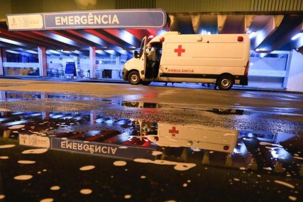 Ambulância em frente de emergência