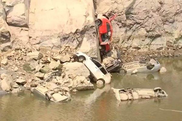 Pelo menos 15 carros são encontrados em pedreira após lago esvaziar