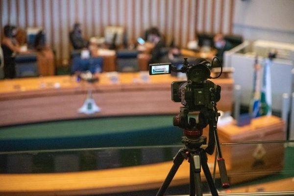 Câmera e, ao fundo, plenário da CLDF