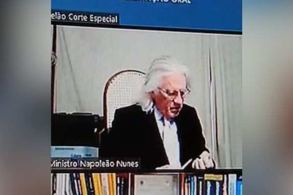 Ministro Napoleão Nunes lixa unhas durante audiência virtual