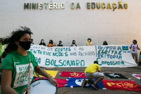 Manifestantes em frente ao MEC
