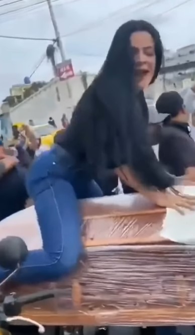 Mulher simula sexo em caixão