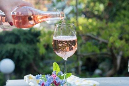 Vinho rosé sendo colocado na taça