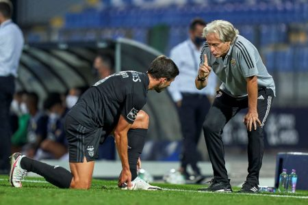 Benfica, de Jesus, vence no Português