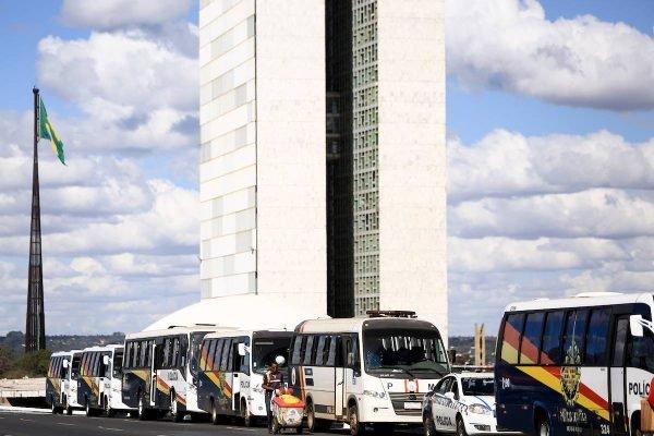 Veículos da PMDF em frente ao Congresso