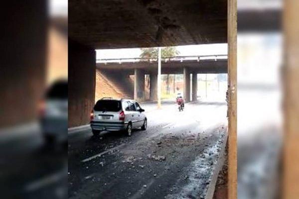 Viaduto próximo à Ponte Costa e Silva solta placas de concreto