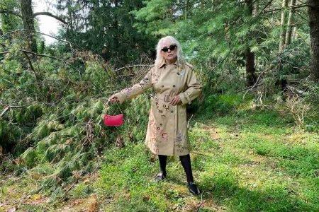 Debbie Harry em meio à natureza, em campanha da Coach