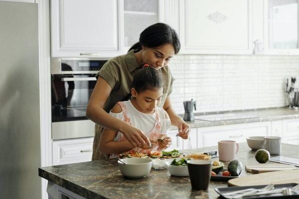 Mãe e filha cozinham juntas