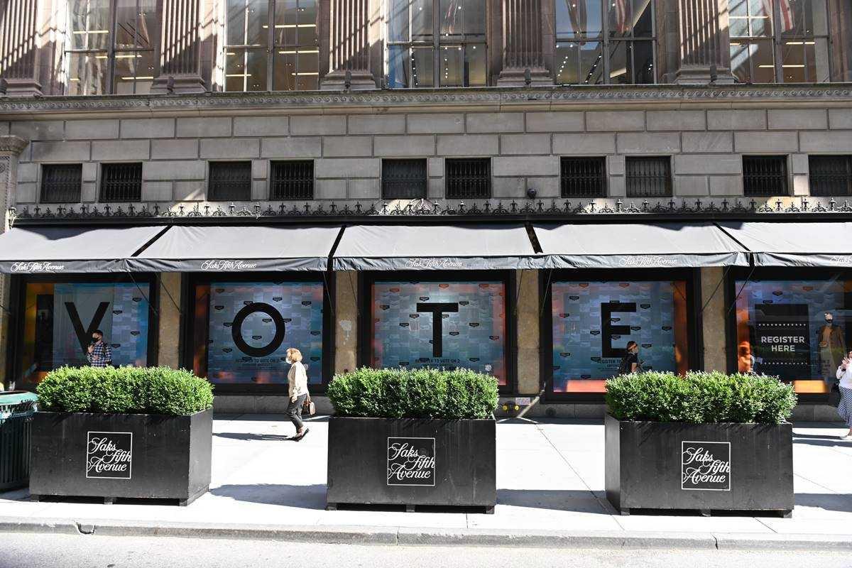 Vitrines da Saks Fifth Avenue com a palavra VOTE