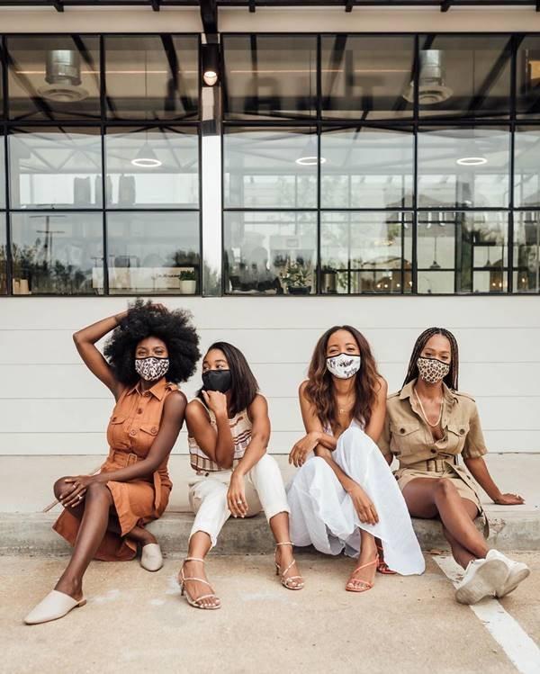 Mulheres de máscara em imagem da Banana Republic