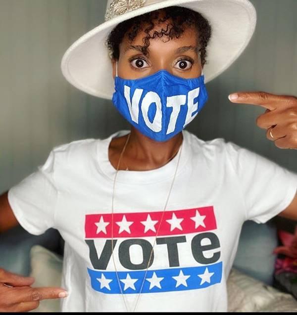 """Mulher com camiseta e máscara """"Vote"""", da Levi's"""