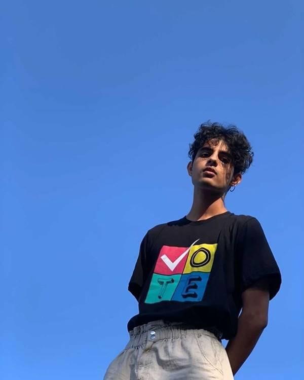 "Curtis Waters com camiseta ""Vote"", da Prabal Gurung"