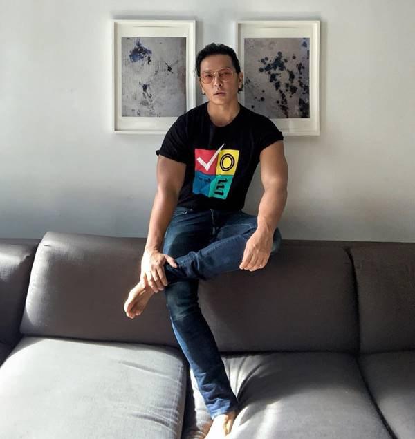 Prabal Gurung com camiseta Vote, da própria marca homônima