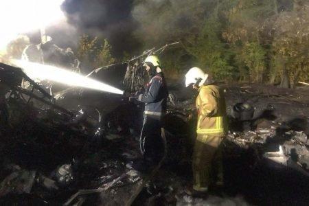 bombeiros apagam fogo em queda de aviao na ucrania