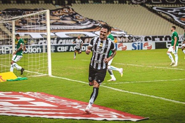 jogador do Ceará comemora gol contra Goiás