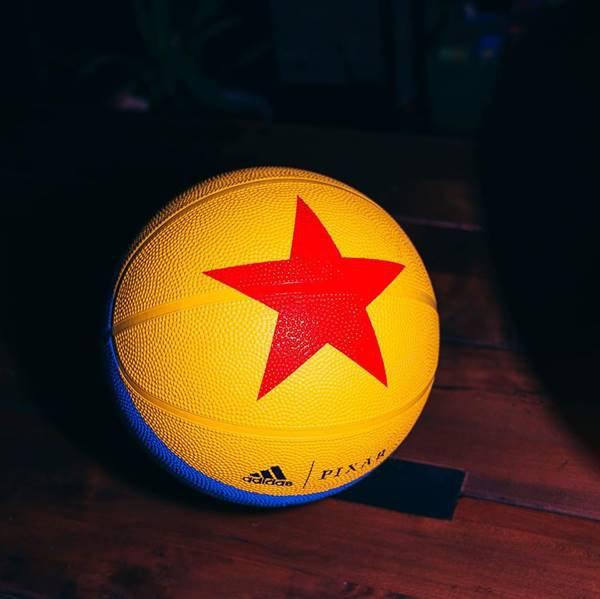 Bola de basquete da Adidas inspirada em Toy Story