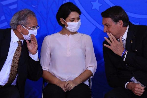 Michelle Bolsonaro, entre Paulo Guedes e Jair Bolsonaro