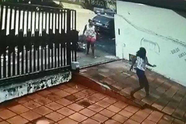 Mulher ameaça outra com facão no Paraná