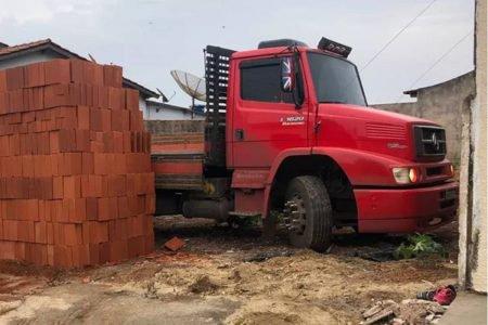 Caminhão preso por tijolos