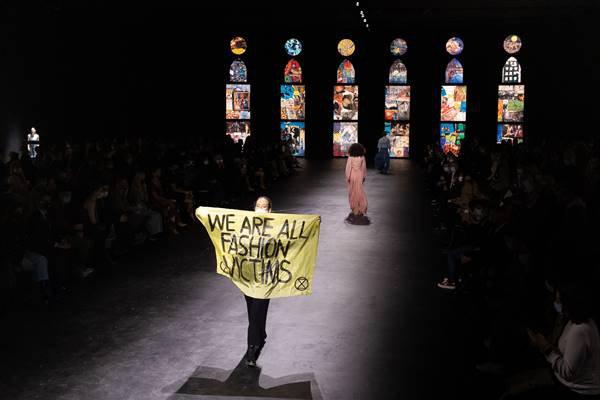 Manifestante ambiental na passarela da Dior, de spring/summer 2021