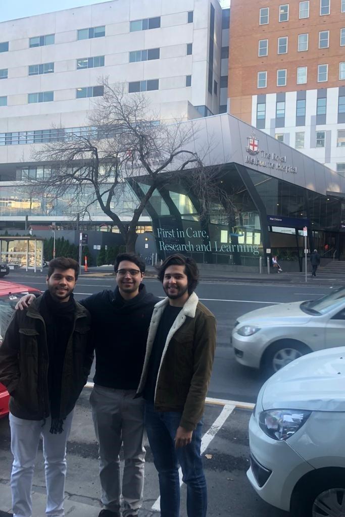 Os três irmãos, então estudantes de medicina, visitando o Hospital da Universidade de Melbourne, Austrália- 2018