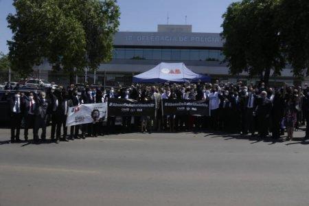 Advogados protestam na frente da 16ª DP