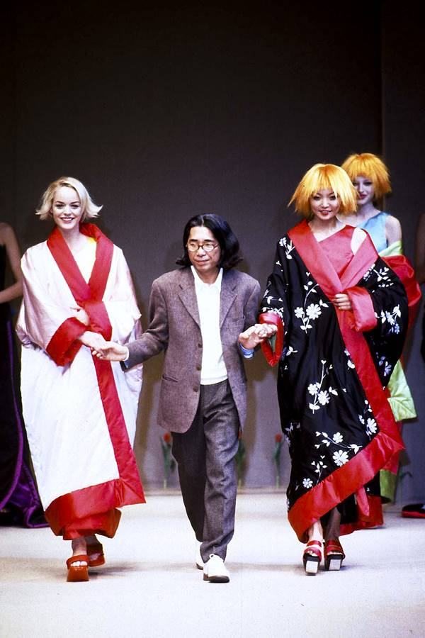 Estilista Kenzo Takada em desfile