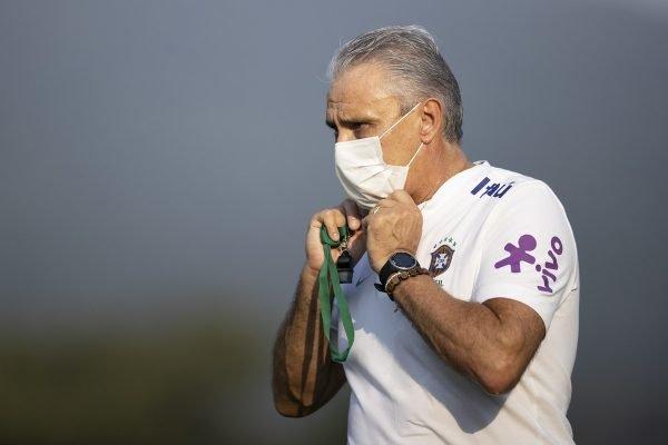 Tite usa máscara no treino da Seleção
