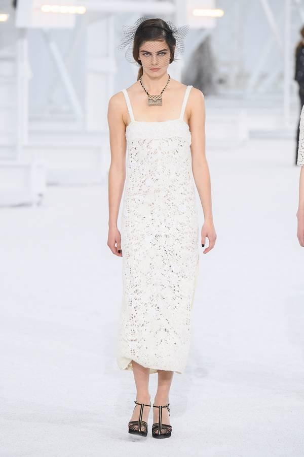Modelo na passarela da Chanel de primavera/verão 2021