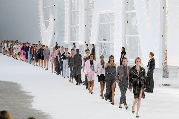 Modelos na passarela da Chanel de primavera/verão 2021