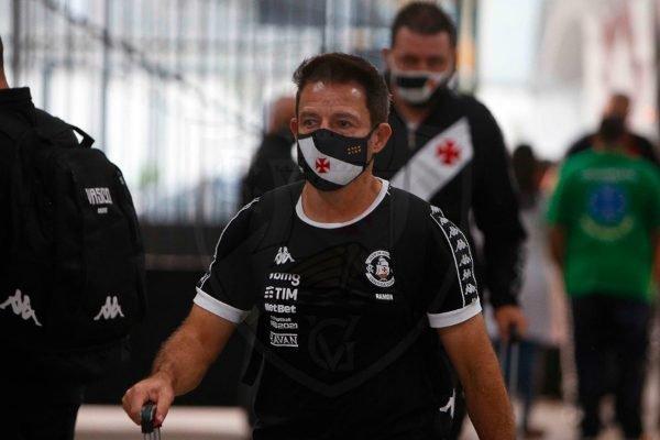 Técnico Ramon Menezes com máscara do Vasco