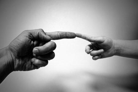Mão de pai e criança
