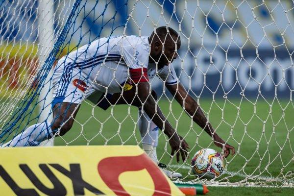 Manoel, zagueiro do Cruzeiro, dentro do gol