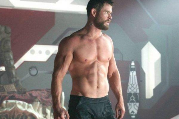 Chris Hemsworth sem camisa