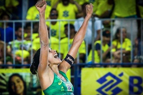 Carol Solberg comemora vitória no vôlei de praia