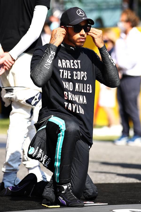 Lewis Hamilton com camiseta em manifestação pelo assassinato de Breonna Taylor