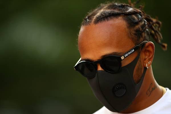 Lewis Hamilton, piloto de fórmula 1, usando óculos como protesto contra o racismo
