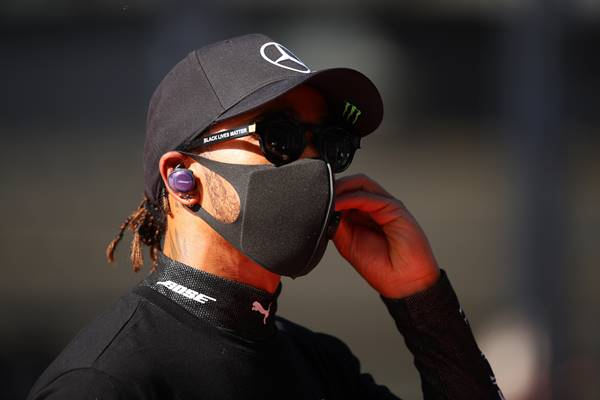 Lewis Hamilton, piloto de fórmula 1, usando óculos Black Lives Matter