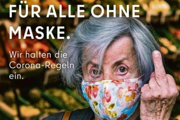 Idosa em campanha para uso de máscara