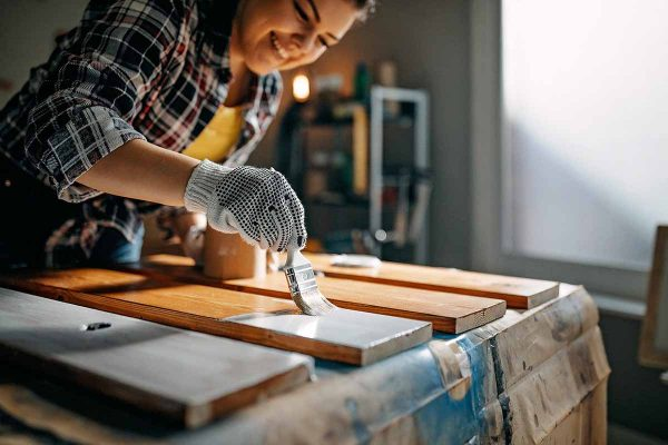 Curso em casa - mulher pintando movel