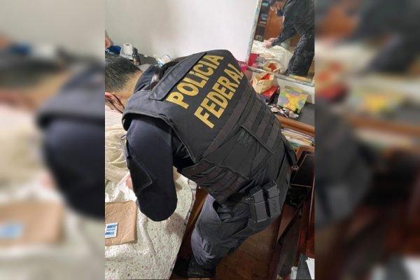 Agente da PF realiza buscas em residência