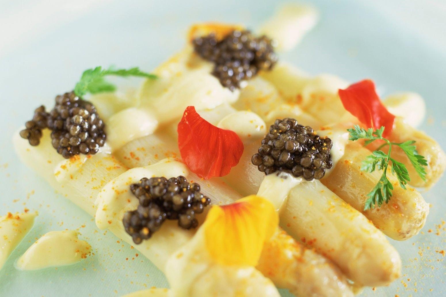Caviar ossetra em salada de aspargos